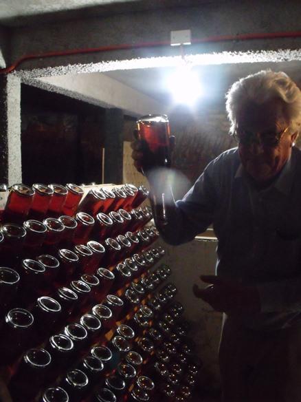 Botellas en un pupitre en la viña Domaine Raab Ramsay